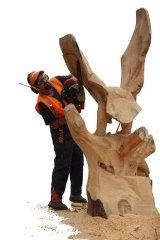 Chainsaw carver Robby Bast.