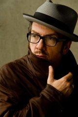 Elvis Costello has withdrawn from concerts in Israel over the plight of the Palestinians.