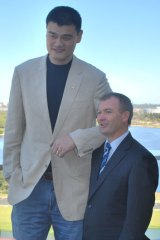 Chinese basketball giant Yao Ming and Tourism Minister Kim Hames audition for a remake of Twins.