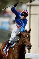 Makybe Diva (Glen Boss) wins her first Melbourne Cup in 2003.