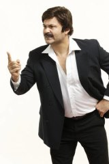 Steve Bastoni as the older Ron Barassi.