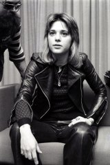Leather-clad rock queen Suzi Quatro arrives in Sydney on May 4, 1974.