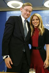 Shakira and World Bank President Robert Zoellick.
