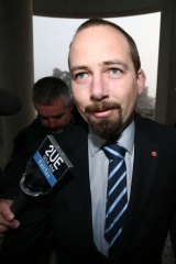 Senator Ricky Muir has broken away from his PUP voting bloc to deny the government a quick vote on the repeal of the carbon tax.