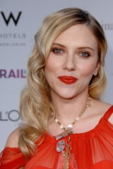Scarlett Johansson in a more daring version of this trend, with bright orange fruity make up tones to compliment her dress and bring out her eyes.
