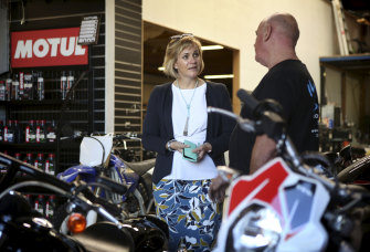 Zali Steggall meets Motorcycle Mechanic owner Shaun Litterick on the campaign trail.