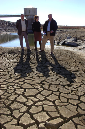 Paul Stephenson, Ursula Stevens and Kim Beazlley at the parched shores of the Pejar Dam near Goulburn in 2005.