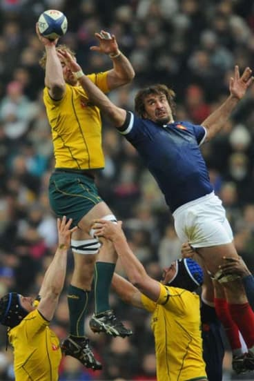 French second-row forward Julien Pierre (R) loses a lineout to Rocky Elsom.