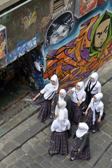 A school group in Hosier Lane (picture by A.Mac/ Citylights Projects).
