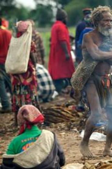 Tari life: Traditional Huli tribesmen.