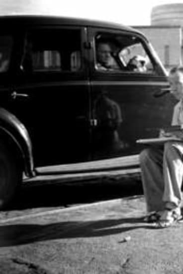 Jeffrey Smart at work on an urban landscape in  Woolloomooloo in Sydney in January 1947.