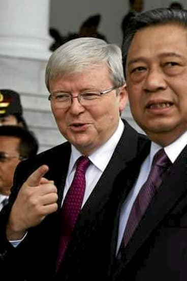 Kevin Rudd walks with President Susilo Bambang Yudhoyono after his arrival at the presidential palace in Bogor, West Java.