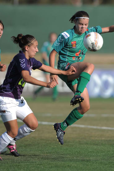 Kahlia Hogg playing for Canberra United in 2009.