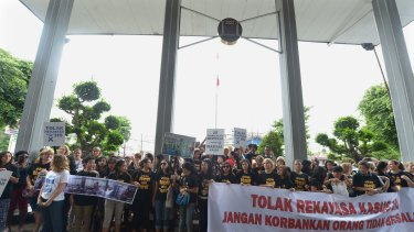 Parents hold a peaceful rally to support Canadian teacher Neil Bantleman and co-accused Indonesian teaching assistant Ferdinand Tjiong at the South Jakarta court in Jakarta in December.