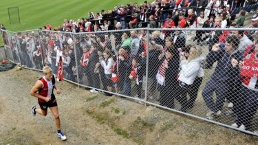 St Kilda fans watch Nick Riewoldt at Moorabbin Oval in preparation for the 2010 grand final.