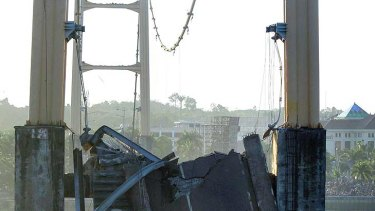 Fatal collapse ...  the ruins of the collapsed Mahakam II Bridge.