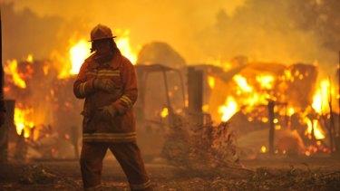 Bushfires racing through Bunyip State Park threaten Labortouche and Tonimbuk.