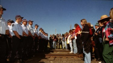 Police and picketers line up against each other at Swanson Dock, Melbourne. April 18, 1998.