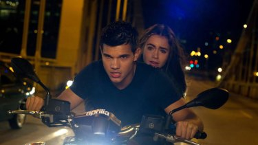 Vehicle problems ... Nathan (Taylor Lautner) and Karen (Lily Collins) in Abduction.
