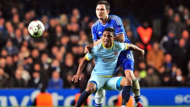 Chelsea's English midfielder Frank Lampard (R) vies with Steaua Bucharest's Brazilian striker Leandro Tatu.