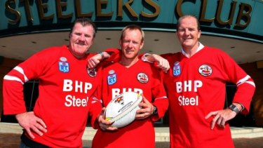Greg Mackey (c) pictured in 2009 with former fellow Steelers, Michael Bolt and Sean O'Connor (R).