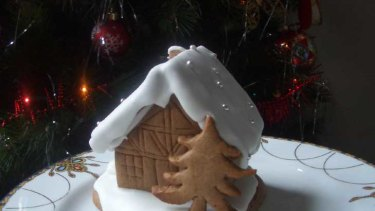A gingerbread house cake.
