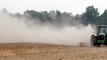 Leaving fields unploughed after harvest could help reduce local temperatures, say scientists.