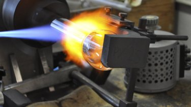 KR AUDIO Vacuum tube manufacture at the factory in Prague.