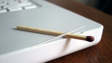 An example of the cracks appearing in Apple Macbooks with plastic cases.