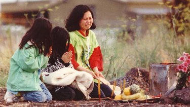 Phyllis Chan and two daughters mourn Karmein in 1992.