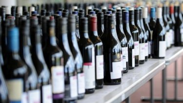 Lord mayors have urged the government for alcoholic drinks to be taxed according to their alcohol content.