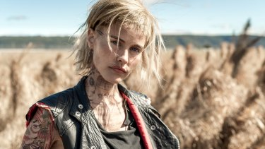 Hillbilly renegade: Isabel Lucas.