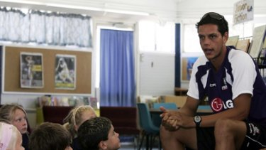Michael Johnson talks to young schoolchildren at a 2007 Dockers community camp.