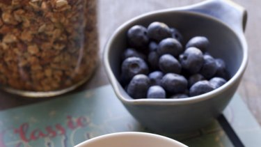 Granola with yoghurt and blueberries.