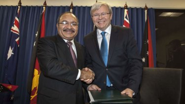 Papua New Guinea's Prime Minister Peter O'Neill and Prime Minister Kevin Rudd sign an agreement over asylum seekers on Friday.