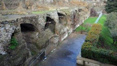 Damage at Pompeii's Arch of Venus.