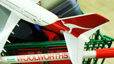 Woolworths is scrapping Qantas frequent flyer points in favour of cash back on grocery and liquor bills.