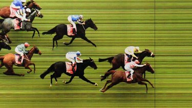 The offcial photograph as Dunaden just beats Red Cadeaux.