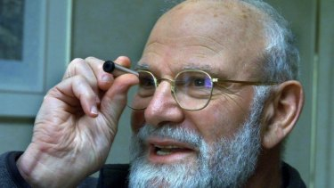 Oliver Sacks at the Hilton Hotel on a book tour in Australia in 2002, looking through a spectascope.