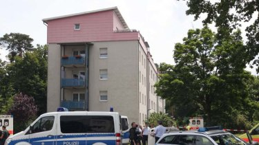 Eviction notice resulted in the death of five people ... policemen stand in front of the apartment block in southern Germamy where a gunman took several people hostage.