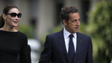 France's President Nicolas Sarkozy and his wife Carla Bruni-Sarkozy leave the Val-de-Grace military hospital.