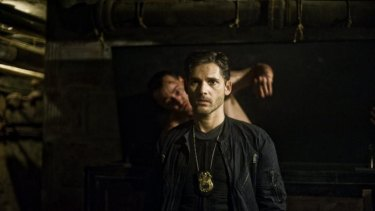 Jimmy (Chris Coy) ruthlessly attacks Sarchie (Eric Bana) in <i>Deliver Us From Evil</i>.