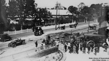 The Mephisto is moved into place outside the old Queensland Museum at Bowen Hills in 1919.