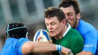 Ireland captain Brian O'Driscoll stuggles against hooker Leonardo Ghiraldini (L) and flanker Valerio Bernabo.