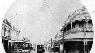 Trams travelling on Stanley Street, Woolangabba, near the pub in 1900.