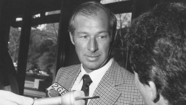 NSW detective Roger Rogerson speaks to the media at Police Headquarters in 1985.