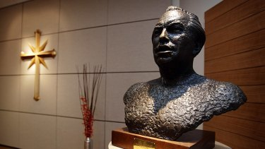 A bust of L. Ron Hubbard.