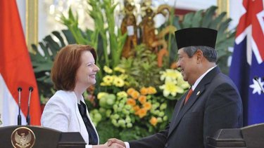 Australian Prime Minister Julia Gillard and Indonesian President Susilo Bambang Yudhoyono shake hands after a joint press conference at the presidential palace in Jakarta on November 2, 2010.  AFP PHOTO / ROMEO GACAD