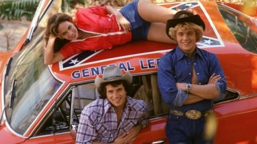 <i>Dukes of Hazzard</i> castmembers Tom Wopat, John Schneider and Catherine Bach with the now contentions General Lee.