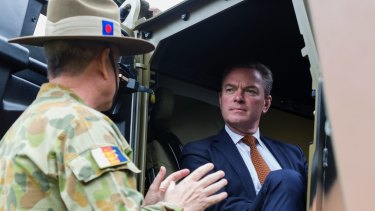 Defence Industry Minister Christopher Pyne says Australia and the United States should strengthen industrial ties.